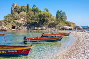48810849-taormina-italia--29-maggio-2015-turisti-e-barche-da-escursione-a-isola-bella-in-sicilia