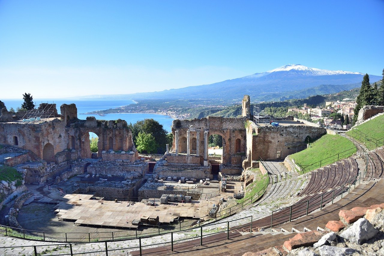 Dive into wild shopping or enjoy one of the most beautiful walks in Europe in total relax? Things to do in Taormina to discover its undisputed charm.