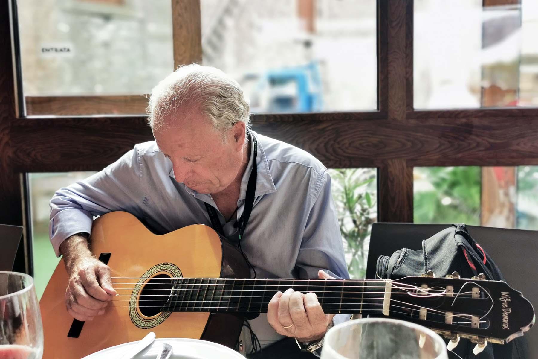 Achitetto Nino Principato alla chitarra